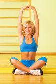 Красивая молодая женщина расслабляющий после Фитнес-упражнения — Стоковое фото