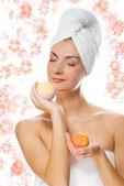 Bella ragazza con palla bagno aroma — Foto Stock