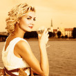 Beautiful blond girl drinks champagne near the river at sunset t — ストック写真