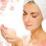 belle jeune femme avec boule de bain aromatique dans ses mains — Photo
