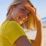 belle fille blonde sur la plage — Photo