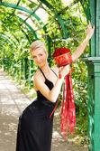 赤いバラの花束を持つ美しいブロンドの女の子 — ストック写真