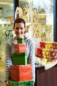 Genç kız ile bir dükkanda hediyelik kutu — Stok fotoğraf