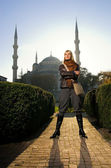 Beautiful blond girl in front of famous Blue Mosque (Turkey, Ist — Stock Photo