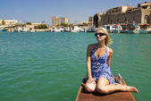 Beautiful blond girl near the yacht in old city — Stock Photo