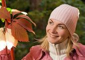 Mooi meisje in herfst kleding met een bos van kleurrijke verlof — Stockfoto