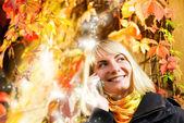 Fala garota feliz ao telefone, abstrair outono fundo beh — Foto Stock