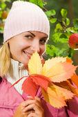 Atrakcyjny dziewczynka kilka jesienią liście — Zdjęcie stockowe