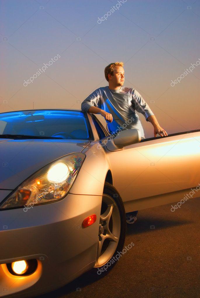 Knappe jongen in de buurt van de moderne sport auto op zonsondergang tijd stockfoto 4959912 - Teen moderne ruimte van de jongen ...
