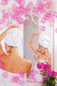 Bella gilr applicando anti-traspirante dopo doccia — Foto Stock