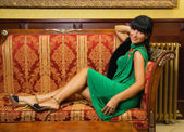 Krásná brunetka na luxusní sofa — Stock fotografie