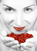 Monochrome vlose-up portrait of a girl with a handful of berries — Stok fotoğraf