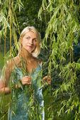 Attraente ragazza bionda nella foresta — Foto Stock