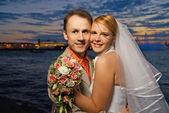 Bara gifta par nära floden vid solnedgång — Stockfoto
