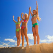 Mother and her two daughters stands on a beach with their hands — Stock Photo