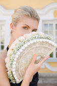 Elegante blond meisje met een boeket van witte rozen — Stockfoto