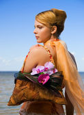 Redhead girl on the beach with floral handbag — Stok fotoğraf