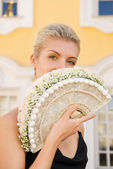 Young beautiful girl with a luxury bridal bouquet of white roses — Stock Photo