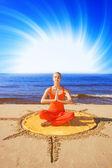Krásná meditativní dívka na pláži — Stock fotografie