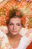 Piękna blond dziewczyna liying na podłodze — Zdjęcie stockowe