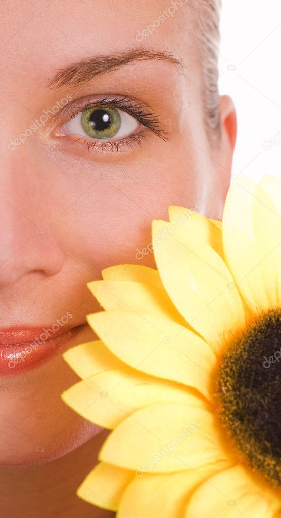Girl with a green eyes and sunflower — Stock Photo #5098602