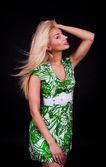 Séduisante femme avec les cheveux blonds — Photo