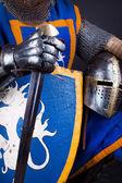Hełm, miecz w ręce — Zdjęcie stockowe