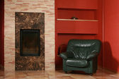 Chimenea y sillón de cuero vintage — Stockfoto