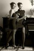 Due belle donne con vino rosso — Foto Stock