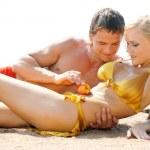 amore giochi sulla spiaggia — Foto Stock