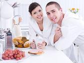 Ler älskare i köket — Stockfoto