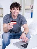 Gut aussehender mann mit kreditkarte — Stockfoto