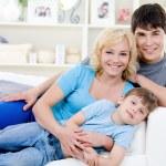 Porträt von fröhliche Familie mit Sohn — Stockfoto