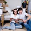 Couple with photo album — Stockfoto