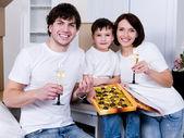 Famiglia celebra nuova casa — Foto Stock
