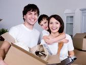 Glad familj flytta — Stockfoto