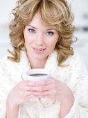 Tazza di donna azienda di caffè — Foto Stock