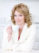Donna con una tazza di caffè — Foto Stock