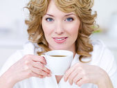 Kahve güzel kadınla — Stok fotoğraf