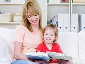 Anne ve kızı birlikte okuma — Stok fotoğraf