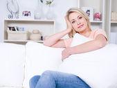 Güzel bir kadın evde rahatlatıcı — Stok fotoğraf