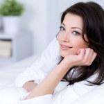 mujer hermosa en la cama — Foto de Stock   #3704649
