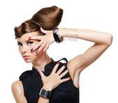 Fille glamour fashion avec coiffure créative — Photo