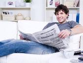 Przystojny facet z gazety — Zdjęcie stockowe