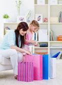 Mutter und tochter beim kauf — Stockfoto