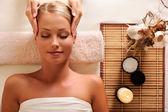 Aantrekkelijke vrouwelijke krijgen recreatie massage van het hoofd — Stockfoto