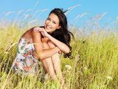 Jonge mooie lachende vrouw buitenshuis — Stockfoto