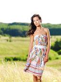 Krásná žena na přírodu — Stock fotografie