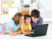 High-angle portait of family with laptop — Stockfoto