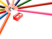 Crayons multicolores et taille-crayon rouge — Photo